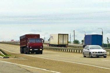 Водители грузовых автомобилей высказали недовольства по поводу ограничений на дорогах Крыма